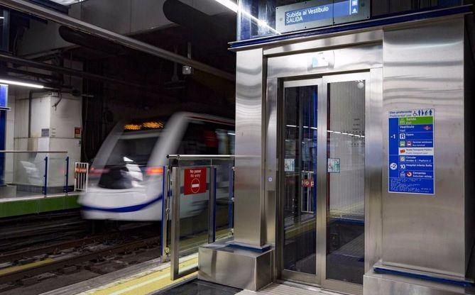 Los vecinos reclaman ascensores en dos estaciones de la Línea 6.