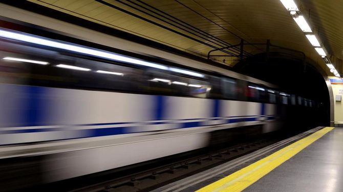 Tren de Metro en una estación de la línea 4.