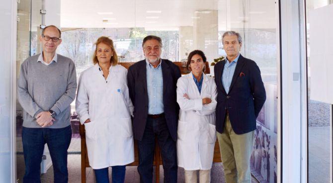 Pepu Hernández y Ramón Silva, con los profesionales del Laboratorio Municipal.