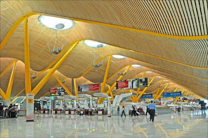 El Aeropuerto Aeropuerto Adolfo Suárez Madrid-Barajas desde el interior.