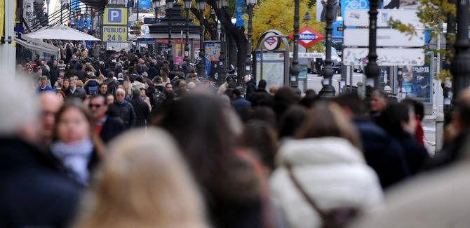 Los vecinos analizan la situación actual del turismo en Madrid.