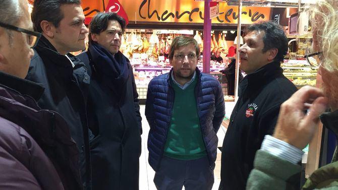 El portavoz popular, junto a ediles de su partido, visitó el Mercado de La Paz