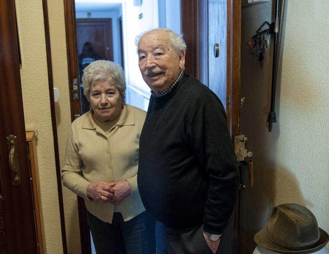 Detrás de Josefina y Antonio, los vigilantes jurado