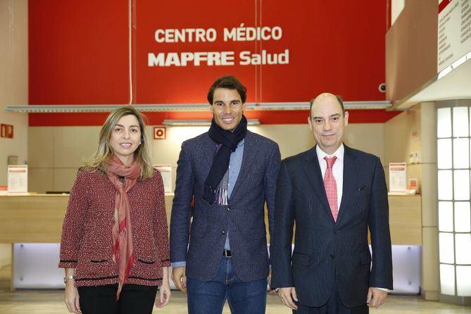 El tenista Rafael Nadal acompañó a los responsables de Mapfre en la inauguración del centro médico del tenis.