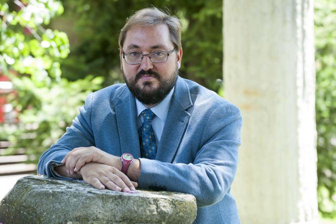Alberto Serrano, nuevo concejal presidente de Hortaleza, en los jardines de la Junta.