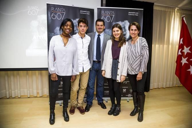 Ramiro Díaz con los jóvenes inventores de Luminoil.