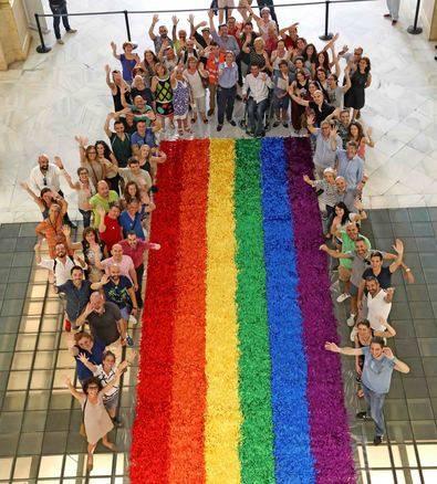 72 metros cuadrados de bandera arcoíris