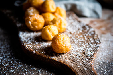 Buñuelos, elaboración y relleno de un dulce típico