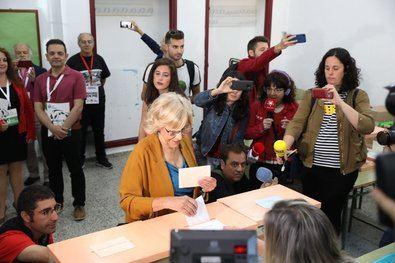 Carmena vota en el IES Conde Orgaz