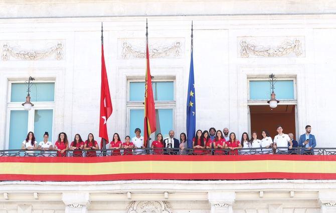 Las chicas del CD Tacón, con Pedro Rollán en el balcón de la Puerta del Sol