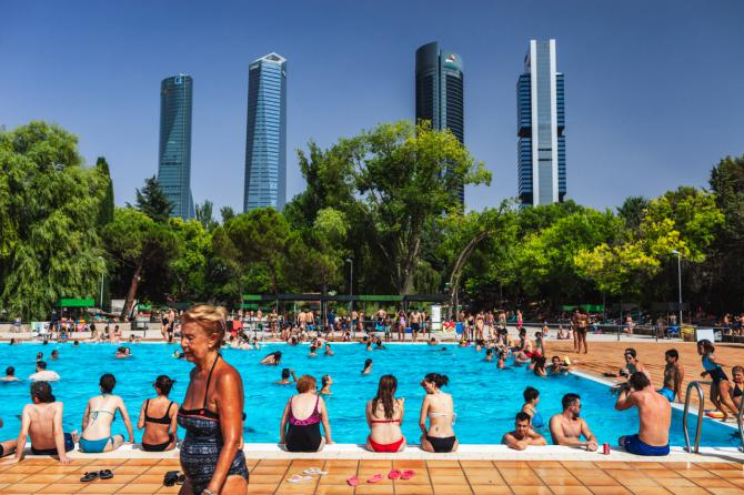 Hasta 14 piscinas municipales, como ésta del Vicente del Bosque, estrenaron la temporada coincidiendo con San Isidro.