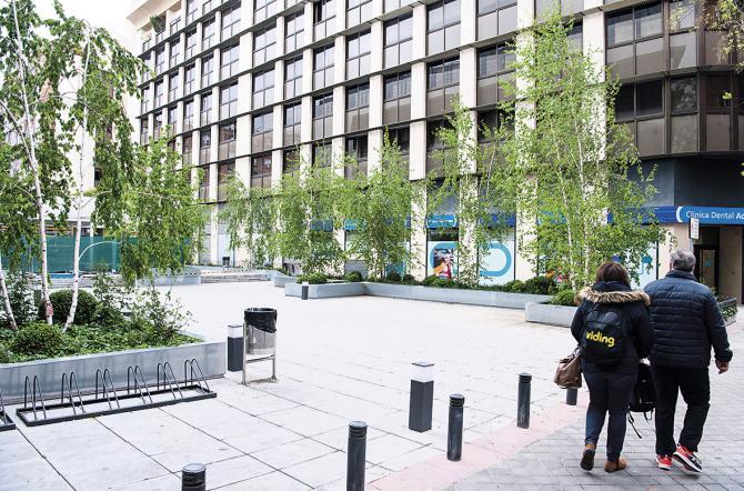 ANTIGUAS COCHERAS DE LA EMT. Las antiguas cocheras de la EMT de Alcántara se transformaron en viviendas, una plaza estancial, el polideportivo con piscina y un aparcamiento subterráneo.