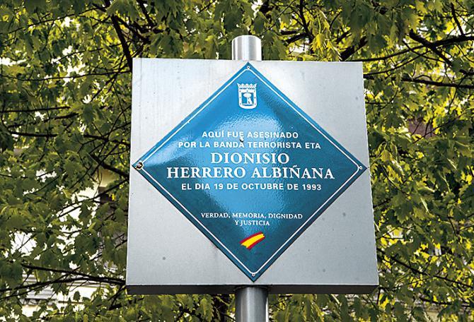 """ITINERARIO DE LA LIBERTAD. """"Aquí fue asesinado por la banda terrorista ETA Dionisio Herrero Albiñana, el día 19 de octubre de 1993. Verdad, Memoria, Dignidad y Justicia"""". Así reza la placa en el inicio de Alcántara, esquina con Hermosilla, donde fue asesinado a tiros a manos de dos etarras el general del Aire Dionisio Herrero Albiñana, al cruzar la calle para montar en su vehículo, cuyo conductor también resultó malherido por los disparos de los terroristas. Ante el tumulto, la mujer del general se asomaba a la ventana para descubrir por los gritos lo acontecido."""