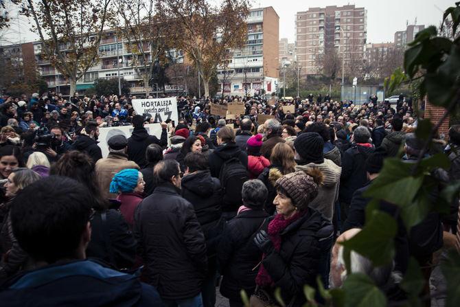 Casi un millar de vecinos se concentraron para defender la convivencia en Hortaleza.