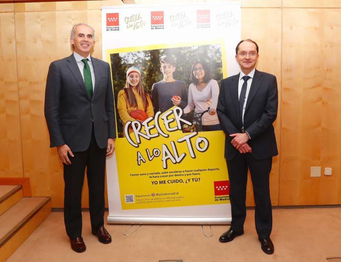 El consejero de Sanidad, Enrique Ruiz Escudero, acompañado por el director general de Salud Pública, Juan Martínez Hernández.