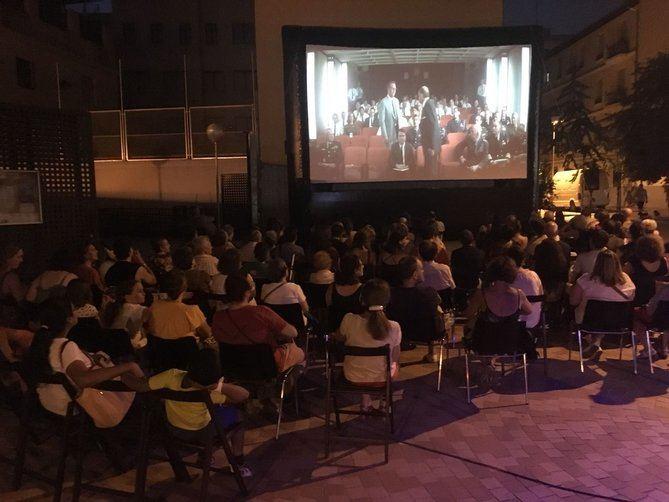 Imagen de archivo de las redes sociales del colectivo La Gasolinera, con una sesión de cine en este enclave.