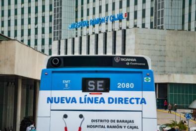 Uno de los autobuses con la antigua denominación en las puertas del hospital Ramón y Cajal.