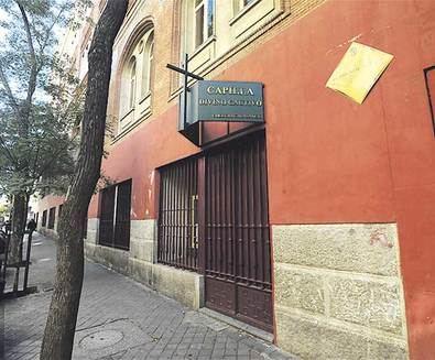 Junto al Colegio Universitario CES Cardenal Cisneros, en el Colegio Calasancio, se encuentra la capilla de El Divino Cautivo.
