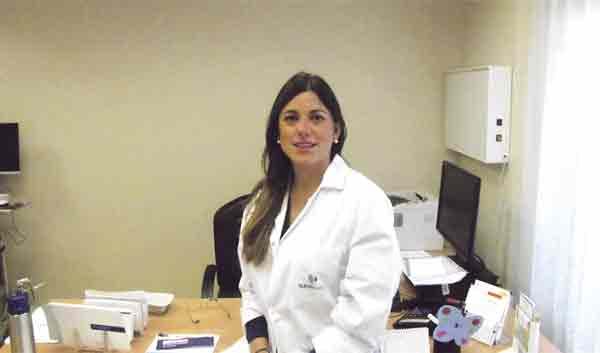 En la imagen, la Dra. Claudia Bernárdez, dermatóloga especialista en tricología.