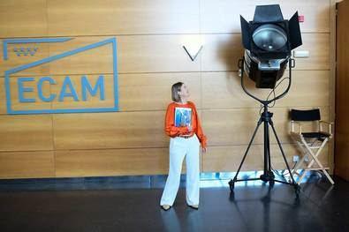 La consejera de Cultura y Turismo de la Comunidad de Madrid, Marta Rivera, ha visitado las instalaciones y aulas de la Escuela de Cinematografía y del Audiovisual de la Comunidad de Madrid (ECAM), para conocer de primera mano los programas educativos y los distintos proyectos que desarrolla el centro.