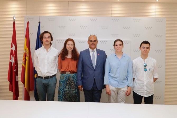 El consejero en funciones de Educación e Investigación, Rafael van Grieken, junto a los alumnos madrileños que han obtenido la mejor nota de la Evaluación para el Acceso a la Universidad (EvAU) este año.