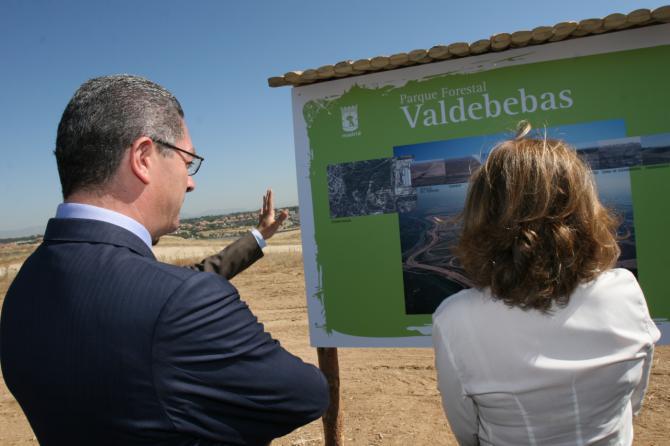 Alberto Ruiz-Gallardón y Ana Botella, en una imagen de archivo cuando se proyectaba aún el Parque de Valdebebas.