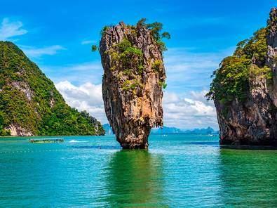 El Parque Nacional de Ao Phang Nga, en Tailandia, acoge un islote llamado Ko Tapu al que, mundialmente, también se le conoce como 'la isla de James Bond' tras grabarse allí escenas de la película de 007 'El hombre de la pistola de oro', protagonizado esta vez por el actor Roger Moore.