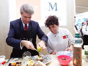 El presidente de la Comunidad de Madrid, Ángel Garrido, junto a Miriam Hernández, embajadora de la Marca de los Alimentos de Madrid M Producto Certificado.