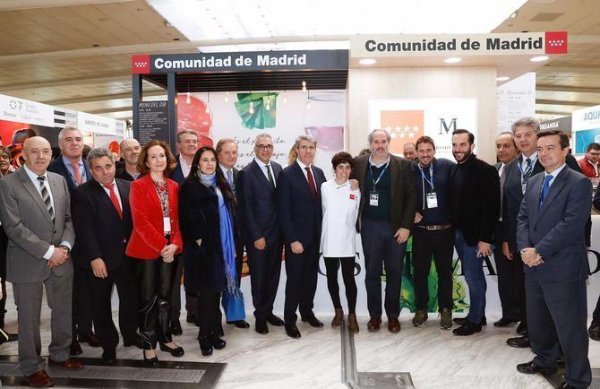 Foto de grupo, presidida por El presidente de la Comunidad de Madrid, Ángel Garrido.