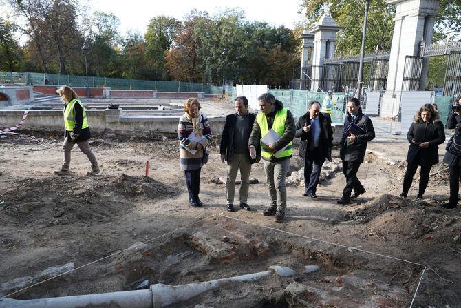 Los técnicos del Área de Medio Ambiente y Movilidad del Ayuntamiento de Madrid han localizado diversos restos arqueológicos en el paseo de México del Parque del Buen Retiro.