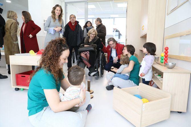 La alcaldesa de Madrid, Manuela Carmena, junto a niños y docentes en la inauguración de la escuela infantil Sabina.