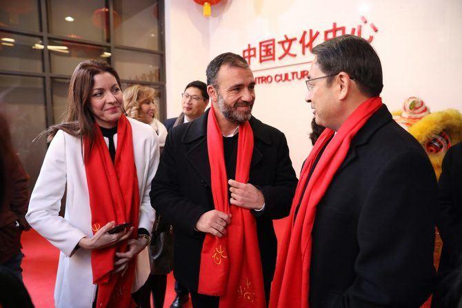 Nacho Murgui estrecha la mano al embajador de la República Popular China en España, Lyu Fan.