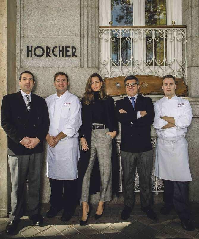 De izquierda a derecha: Blas Benito –primer maître–, Javier Mora –segundo jefe cocina–, Elisabeth Horcher, Raúl Rodríguez –segundo maître– y Miguel Hermann –jefe cocina–.