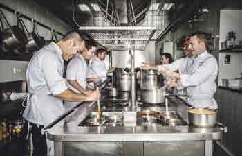 Miguel Hermann, jefe de cocina, a la derecha en primer término, con el resto de su equipo.