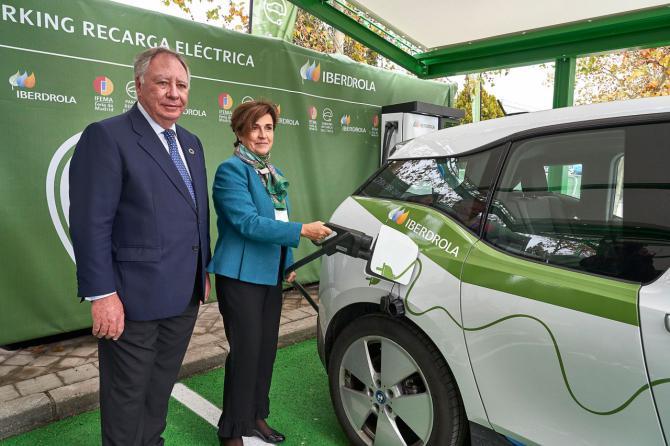 La consejera delegada de Iberdrola España, Ángeles Santamaría; y el presidente del Comité Ejecutivo de IFEMA, Clemente González Soler.