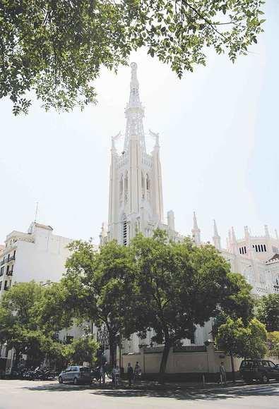 El templo blanco neogótico del barrio de Salamanca