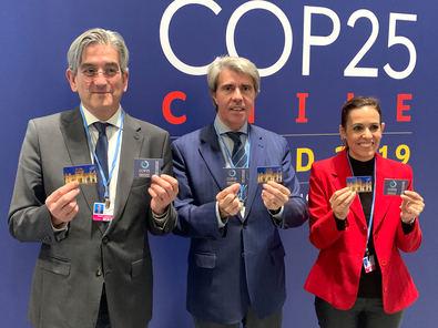 El consejero de Transportes, Movilidad e Infraestructuras, Ángel Garrido, ha visitado el stand que el Consorcio Regional de Transportes tiene en IFEMA, sede la COP25.
