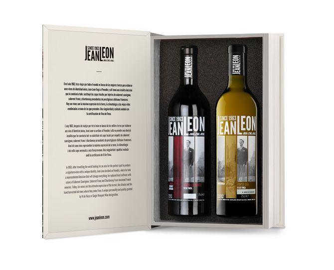Con una elegante cubierta en blanco y negro con la imagen de la bodega y el viñedo que le rodea, el estuche se abre como un libro.