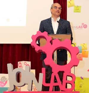 El consejero de Educación e Investigación, Rafael van Grieken asistió, en el instituto Ramiro de Maetzu, a la última sesión de 'Join Lab.