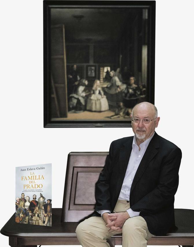 El autor posa con su libro ante 'Las Meninas', de Veláquez, uno de los cuadros protagonizados por la infanta Margarita, un de los personajes más trágicos de los los retratados en el Prado, a su entender.