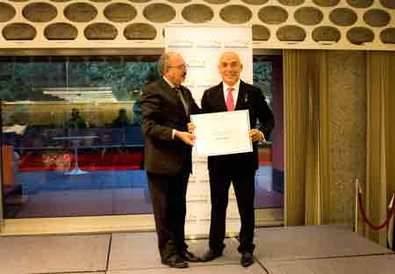 Kike Sarasola recibe la medalla de Oro europea al Mérito en el Trabajo