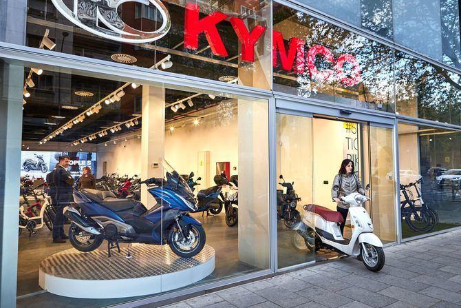 Con 350 metros cuadrados en el número 37 de Príncipe de Vergara, se trata de la mayor instalación KYMCO de la capital, con toda la gama de vehículos disponible.