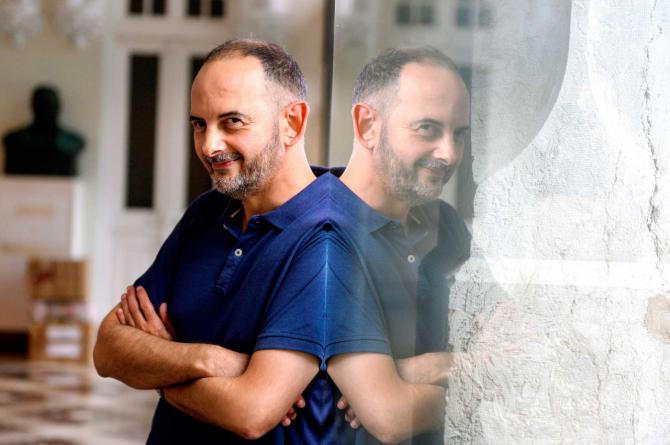 """El escritor Félix J. Palma, que en su última novela hace una crítica al morbo """"bastante clara"""", asegura que internet es """"un teatro sin límite de aforo"""" en el que la sociedad, al ser """"morbosa por naturaleza"""", no puede evitar entrar."""