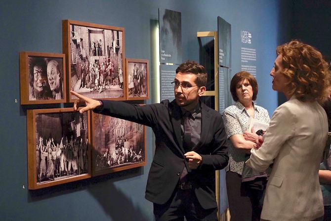 La muestra está comisariada por Emilio Peral Vega, profesor de Literatura Española en la Universidad Complutense de Madrid.