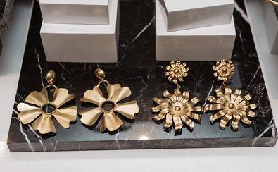 Entre las 40 firmas presentes, destacan Daniella Batlle, diseñadora de moda colombiana; Laura Dávila, diseñadora de joyería y bisutería; Arte y Tejido, asociación de artesanas de Chorrera, y Nicole Ravachi, marca de belleza referente en Colombia.