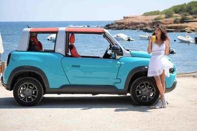 La modelo Lucía Rivera Romero amadrina el nuevo Citroën E-Mehari en Ibiza