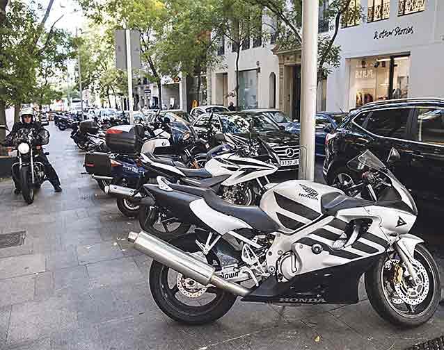 SOBRE LAS ACERAS.  Los dos estacionamientos para motocicletas que se ubican a lo largo de Hermosilla parecen claramente insuficiente, como se puede comprobar en varios tramos de la calle, donde las motos se suceden en gran número en las aceras.