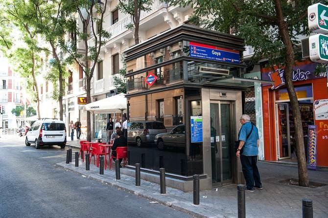 Como nota poco habitual, Metro de Madrid cuenta con un acceso a la estación de Goya en ascensor en el primer tramo de la calle.