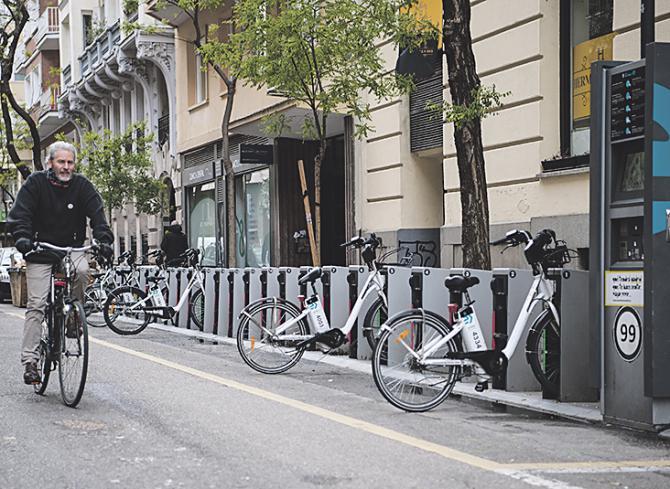 NUEVAS FORMAS PARA DESPLAZARSE POR ALCÁNTARA. Las nuevas formas de Movilidad Sostenible, como vehículos eléctricos de alquiler, como coches, motos, bicicletas y hasta patinetes, ya son una realidad en la calle de Alcántara.