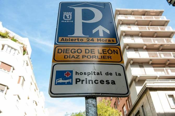 Los vehículos privados tienen varios aparcamientos a lo largo de la calle donde poder estacionar, como el situado bajo el hospital de La Princesa.